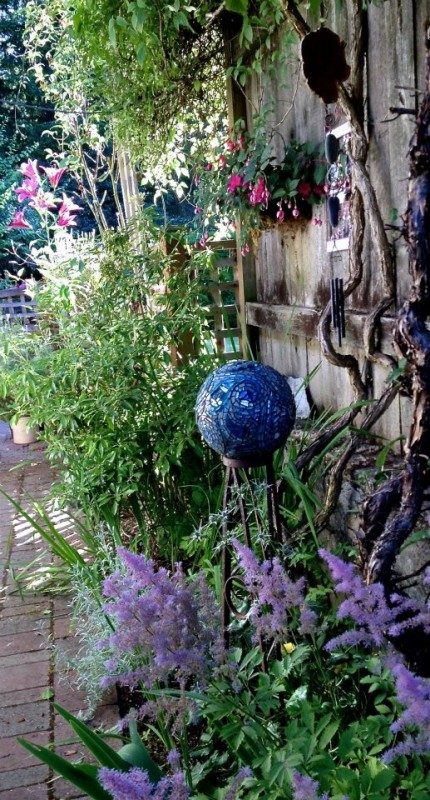 Smiling Blue Skies Mosaic Gazing Ball by Margaret Almon. Photo by Suzi Beber.